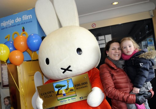 Miffy presents the Golden Film Award with the 100,000th visitor (photo credit: All Access Entertainment/Daniel Kroll)