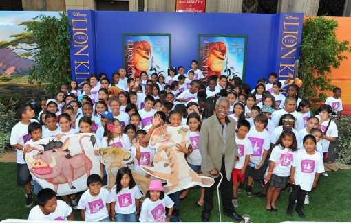 "HOLLYWOOD, CA - AUGUST 27:  Children from the Los Angeles After School Enrichment program pose with actor Robert Guillaume at ""The Lion King"" Los Angeles 3D Premiere at the El Capitan Theatre on August 27, 2011 in Hollywood, California.  (Photo by Alberto E. Rodriguez/WireImage)"