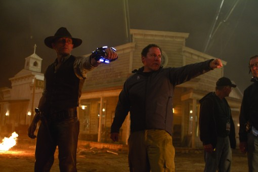 (L to R, foreground) DANIEL CRAIG as a stranger with no memory of his past and director/executive producer JON FAVREAU on the set of an event film for summer 2011 that crosses the classic Western with the alien-invasion movie in a blazingly original way: ?Cowboys & Aliens?.