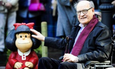 Joaquín Salvador Lavado with the statue of Mafalda in Oviedo, Spain, 2014. [Photo: Miguel Riopa/AFP]